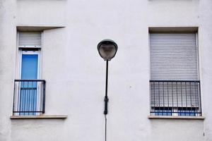 fenêtre sur la façade blanche de la maison photo