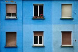 fenêtre sur la façade bleue de la maison photo