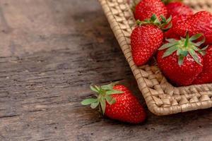 fraises fraîches juteuses dans le panier photo