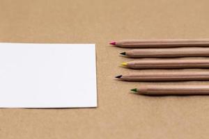 page de cahier vierge avec des crayons colorés photo