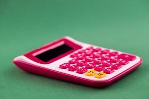 calculatrice isolée sur fond vert photo