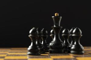 Pièces d'échecs noires sur l'échiquier photo