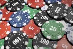 jetons de casino sur fond vert photo