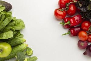 vue de dessus de la disposition des légumes frais photo