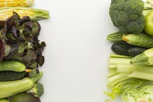 arrangement de légumes frais à plat photo