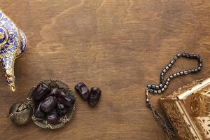 décoration du nouvel an islamique avec perles de prière et dates photo