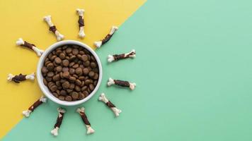 Accessoires pour animaux encore la vie avec bol de nourriture et beaucoup d'os à mâcher pour chiens photo