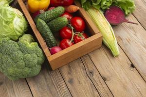 Légumes à angle élevé sur table en bois photo