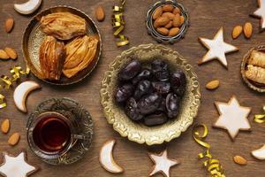 décoration du nouvel an islamique avec de la nourriture traditionnelle et du thé photo
