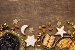 décoration du nouvel an islamique avec de la nourriture traditionnelle et des biscuits en forme d'étoile photo