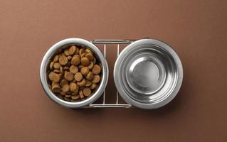 Accessoires pour animaux de compagnie nature morte avec ensemble de bols pour nourriture sèche et eau photo