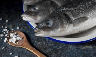 Assortiment de poisson cru cuisson sur table photo