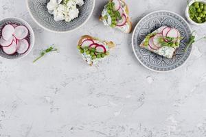 bel arrangement de plats délicieux photo