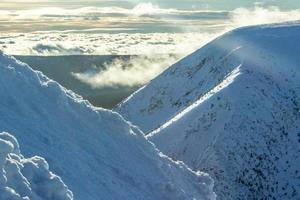 montagnes de neige sur ciel ensoleillé photo