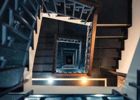 Cadre carré d'escalier en colimaçon vintage avec lumière brillante photo