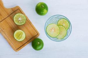 un verre de citron vert et de citron vert sur la table photo