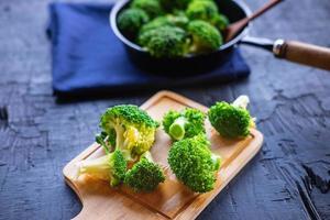 faire cuire des légumes frais brocoli des aliments sains photo