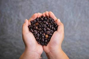 grains de café torréfiés à la main photo