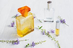 Parfums et flacons de parfum sur un fond en bois blanc photo