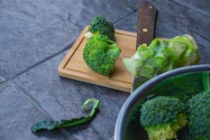 brocoli cru coupé dans une planche à découper en bois photo