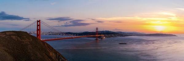 Vue panoramique du pont du Golden Gate à l'heure du crépuscule photo