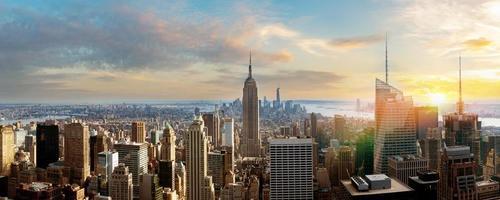 Toits de la ville de New York depuis le toit avec des gratte-ciel urbains avant le coucher du soleil photo