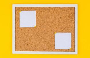 broche de note de papier abstrait sur panneau de liège photo
