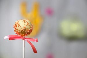 gâteau au chocolat blanc décoré de paillettes de confiserie colorées photo
