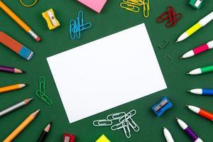 La papeterie scolaire se trouve sur une commission scolaire verte formant un cadre pour le texte photo