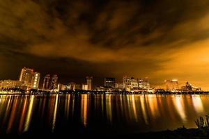 tokyo night city scape à odaiba avec pont arc-en-ciel photo