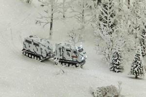Véhicule tout terrain de camouflage militaire d'hiver photo