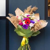 beau bouquet de fleurs avec fond de mur bleu photo