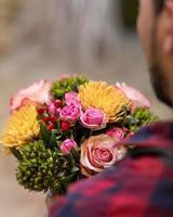 fleuriste tenant un bouquet de fleurs photo