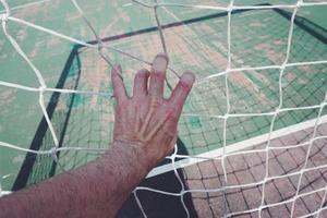 main touchant un filet de corde photo