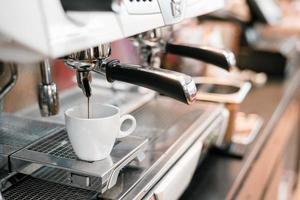 café noir sur une cafetière le matin photo