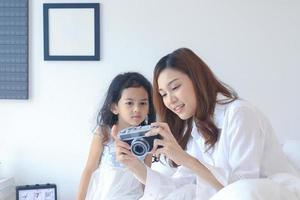 mère et fille regardant de belles photos de la caméra