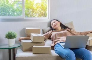 belle fille asiatique travaillant en ligne à la maison et dormir avec épuisement photo