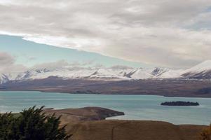 montagnes de neige dans le lac tekapo photo