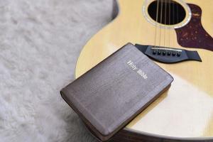 Sainte Bible sur une guitare avec un fond poilu, culte chrétien photo