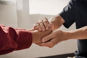 couple chrétien main dans la main priant ensemble photo