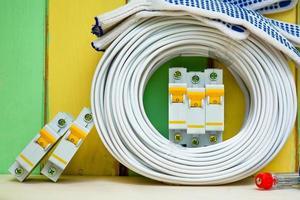 les fils de bobine et les disjoncteurs se trouvent près du mur coloré photo