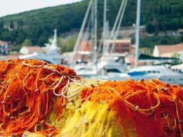 Filets de pêche au port maritime de l'île de Grèce photo
