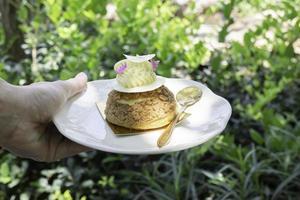 brioches de pâte à choux saupoudrées de chocolat blanc photo