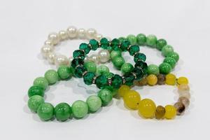 bracelets de perles sur fond blanc photo