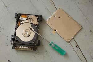 Disque dur cassé et détruit et outils sur table en bois photo