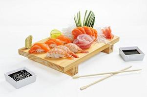 La nourriture japonaise se compose de sushi au riz au saumon et aubergine pour l'heure du repas photo