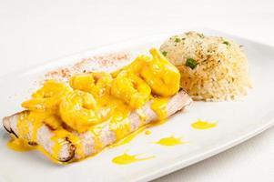 Assiette de poisson frit en sauce aux crevettes avec riz photo