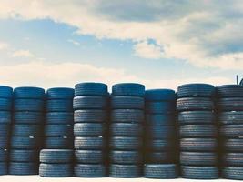 De nombreux vieux pneus orry empilés sur l'affichage photo
