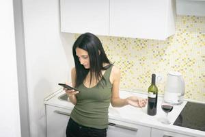 fille dans la cuisine pendant l'isolement pandémique photo