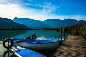 Petite jetée en bois au lac Caldaro à Bolzano, Italie photo